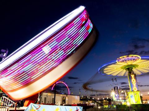 Passeios empolgantes à noite durante a Illinois State Fair em Springfield