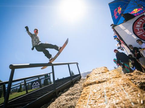 Snowboard durante o evento Hot Dawgz & Hand Rails em Big Bear Lake, Califórnia