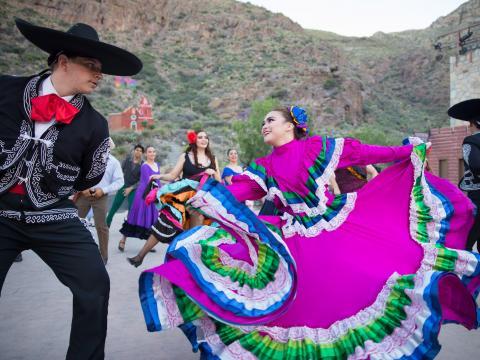 Dança tradicional mexicana durante o Viva! El Paso, no Texas