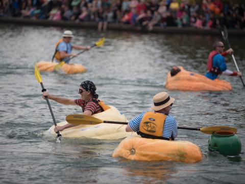 Participantes e suas aboboras na West Coast Giant Pumpkin Regatta em Tualatin, Oregon