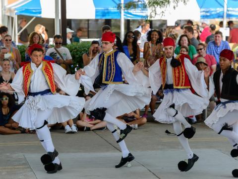 Dança tradicional durante o Columbus Greek Festival