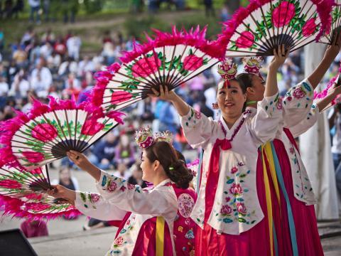 Uma apresentação cultural durante o Columbus Asian Festival