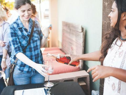 Degustação de vinho feito com uvas Zinfandel durante o Vintage Weekend de Paso Robles