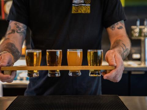 Uma variedade de cervejas artesanais para provar em uma cervejaria de Temecula Valley, Califórnia