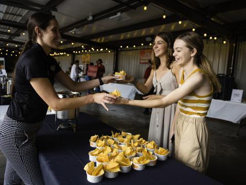 Provando delícias no evento Taste of Rogers, no Arkansas