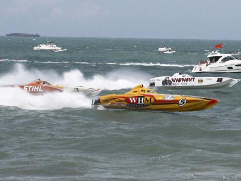 Superbarcos competindo no oceano Atlântico durante o Thunder on Cocoa Beach, na Flórida